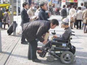 2011 03 20 地震募金中 (1)